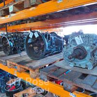 Regal mit Getriebe für LKW und Busse